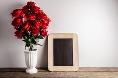 Über weißem Hintergrund Rotrosenblumen und -tafel an Lizenzfreies Stockfoto