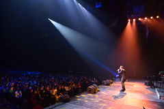 Über Zehntausend nehmen Leute an dem Jahr-Geburtstagskonzert Viktor Drobyshs 50. bei Barclay Center teil Stockfoto