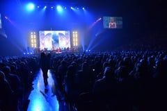 Über Zehntausend nehmen Leute an dem Jahr-Geburtstagskonzert Viktor Drobyshs 50. bei Barclay Center teil Stockbild