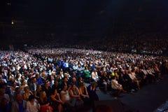 Über Zehntausend nehmen Leute an dem Jahr-Geburtstagskonzert Viktor Drobyshs 50. bei Barclay Center teil Stockfotografie