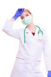 Überarbeitete Doktor- oder Krankenschwesterfrau in der Maske und Laborkittel lokalisiert Stockbild