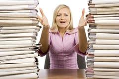 Überarbeitete Frau am Büroschreibtisch Stockbilder
