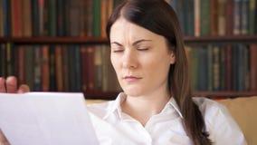Überarbeitete Geschäftsfrau, die zu Hause mit Dokumenten arbeitet Haus-Bürokonzept Fernfreiberufliche tätigkeit stock video