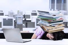 Überarbeitete Geschäftsfrau mit Dokumenten Stockfotografie