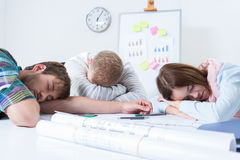 Überarbeitete Leute schlafen bei der Arbeit Stockfoto