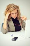 Überarbeitete müde Geschäftsfrau Stockbilder