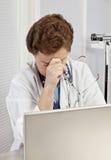 Überarbeiteter, überbetonter weiblicher Doktor oder Krankenschwester Stockfotos