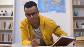 Überarbeiteter afro-amerikanischer Student, der für glaubenden Mangel des Tests an Energie sich vorbereitet stock video footage