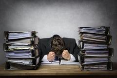 Überarbeiteter frustrierter Geschäftsmann lizenzfreies stockbild