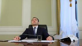 Überarbeiteter Geschäftsmann, der in Büro einschläft stock footage