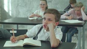 Überarbeiteter junger Student, der auf einen Lehrer sitzt und hört stock video