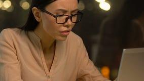 Überbelastete Dame, die starke Kopfschmerzen, stressigen Job, intensive Arbeitsbelastung erleidet stock footage