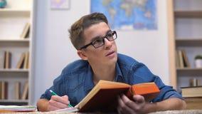 Überbelasteter Collagenstudent, der für die Prüfungen glauben erschöpft, Mangel an Energie sich vorbereitet stock video footage