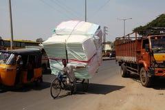 Überbelastetes Fahrrad, Indien Stockbild