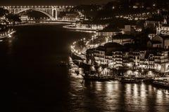 Überblick über alte Stadt von Porto, Portugal nachts Stockbild