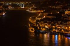 Überblick über alte Stadt von Porto, Portugal nachts Lizenzfreies Stockfoto