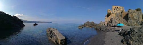 Überblick über den Strand bei Torre di Fiuzzi stockbilder