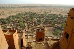 Überblick über ein Dogon Dorf durch Schlammwohnungen Stockfotografie