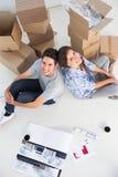 Überblick über ein Paar, das zurück zu Rückseite sitzt Lizenzfreie Stockfotografie