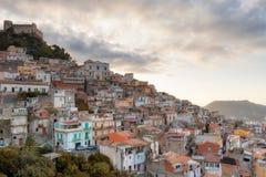 Überblick über eine alte sizilianische Stadt lizenzfreie stockbilder