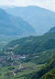 Überblick über eine italienische Stadt in den Bergen Stockfotos