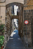 Überblick über einen schmalen Durchgang mit Altbauten und Verkehrszeichen an der Stadt von Orvieto Stockbilder
