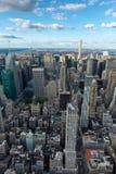 Überblick über New York City mit blauem Himmel und Wolken Stockbild