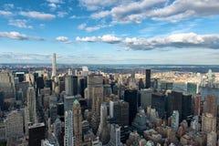 Überblick über New York City mit blauem Himmel und Wolken Stockbilder