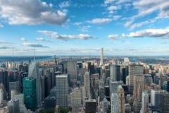 Überblick über New York City mit blauem Himmel und Wolken Stockfotografie