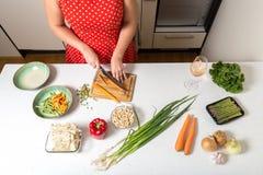 Überblick über Tabelle mit Gemüsebereitem, für vegetab gehackt zu werden Lizenzfreies Stockbild