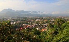 Überblick zum Süden von Luang Prabang Stadt bei Sonnenaufgang Lizenzfreie Stockfotos