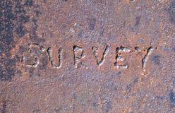'Überblicken Sie' das Zeichen, das auf Stahlplatte geschrieben wird Lizenzfreie Stockfotos