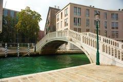 Überbrücken Sie anderes der des Venedigs Kanal Stockbilder