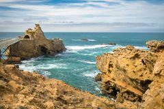 Überbrücken Sie das Führen zu szenischen Rocher de la Vierge auf atlantischer Küstenlinie im bunten erstaunlichen Meerblick, Biar stockbilder