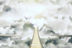 Überbrücken Sie unter dem Wolkenkonzept Stockbilder