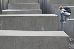 Überbrücker am Holocaustdenkmal Berlin Stockbilder
