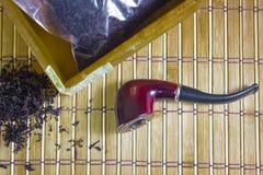 Überbrückungsstandorte und -zigarre in einer Holzkiste Stockbilder