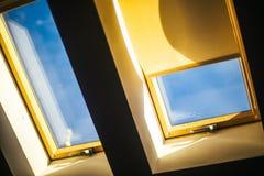 Überdachen Sie das Fenster, das den blauen Himmel an einem sonnigen Frühlingstag übersieht Stockfotografie