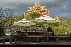 Überdachen Sie Draufsicht am goldenen Tempel in Shangri-La Stockfotografie