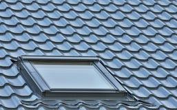 Überdachen Sie Fenster auf einem grauen mit Ziegeln gedeckten großen ausführlichen Dachbodenoberlicht der Dachspitze Stockfotografie