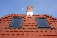 Überdachen Sie Fenster, Lehmfliesen, Kamin und Blitz Lizenzfreie Stockfotografie