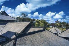 Überdachen Sie Haus mit mit Ziegeln gedecktem Dach auf blauem Himmel Lizenzfreie Stockfotos