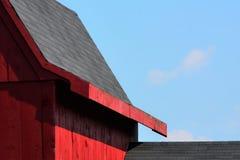 Überdachen Sie Linien auf einer alten roten Scheune in Hollis NH Lizenzfreie Stockbilder