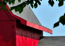 Überdachen Sie Linien auf einer alten roten Scheune in Hollis NH Lizenzfreie Stockfotografie