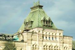 Überdachen Sie und ein Fragment des Gebäudes des Hauptkaufhauses auf Rotem Platz in Moskau lizenzfreie stockbilder