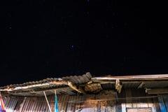 Überdachen Sie und Sterne im Hintergrund des nächtlichen Himmels und masern Sie Lizenzfreie Stockfotografie