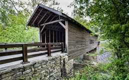 Überdachte Brücke über Gebirgsbach stockbilder