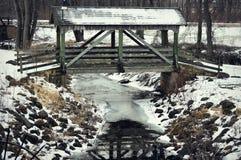 Überdachte Brücke über Waschbär-Nebenfluss Lizenzfreies Stockfoto