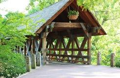 Überdachte Brücke auf dem Naperville Riverwalk Lizenzfreies Stockbild