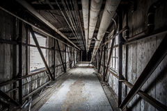 Überdachte Brücke in einer verlassenen Fabrik lizenzfreie stockbilder